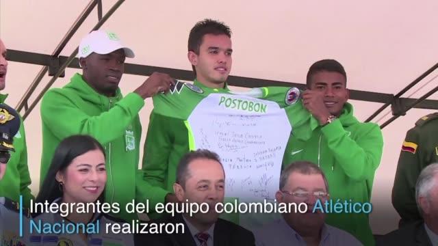 Un ano despues de la tragedia Colombia homenajeo el martes a quienes murieron en el accidente de avion que trasladaba al equipo de futbol brasileno...
