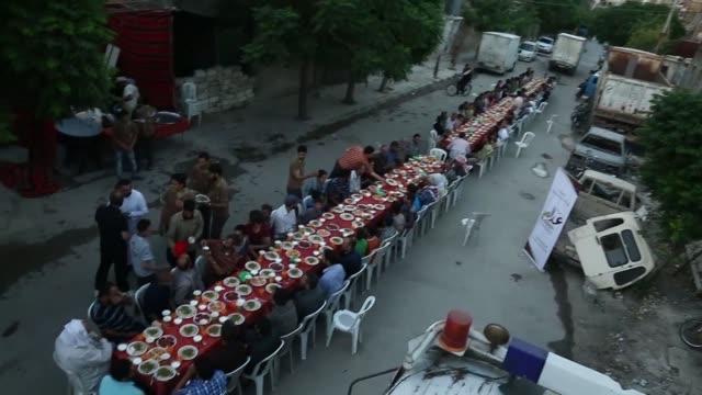 Un banquete para romper con el ayuno del ramadan al aire libre y sin miedo a bombardeos