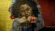 Un barrio de la capital salvadorena cambio la intimidatoria simbologia pandillera por coloridos grafitis que con tematicas diversas ayudan a los...