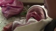 Un bebe nacio en un centro medico improvisado en los escombros de un aeropuerto destruido por el tifon Haiyan en Filipinas La madre llamo a su nina...