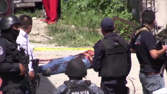 Un comandante de la Policia murio acribillado este jueves en una emboscada en Chilpancingo en el sur de Mexico donde tambien se registro una balacera...