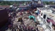 Un dia despues del sismo de magnitud 65 que dejo mas de 100 muertos las autoridades de Indonesia solicitaban ayuda para atender a heridos y...