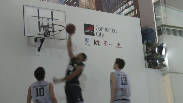 Un equipo frances de baloncesto presento en el Congreso Mundial de Tecnologia Movil de Barcelona un sensor para medir el rendimiento de los...