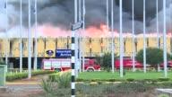 Un gran incendio paraliza el aeropuerto de Nairobi provocando la cancelacion de todos los vuelos por tiempo indefinido VOICED Arde aeropuerto en...