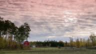 Un grange rouge sur le terrain d'une ferme