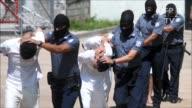 Un grupo de 35 pandilleros de El Salvador fueron trasladados el miercoles a un penal de maxima seguridad acusados de ordenar el asesinato de policias