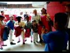 Un grupo de actores y payasos colombianos enanos compartieron este domingo el escenario con unos feroces contrincantes en la plaza de toros de...