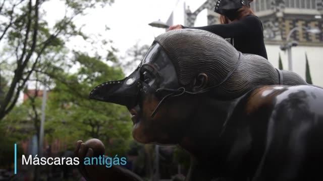 Un grupo de ambientalistas coloco mascaras de gas a las esculturas del colombiano Fernando Botero en Medellin como forma de llamar la atencion sobre...