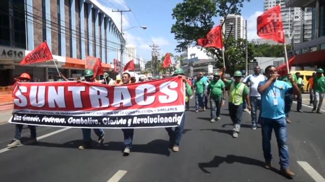 Un grupo de trabajadores de la construccion protestaron el viernes contra la corrupcion frente a la Fiscalia General de Panama luego de que los...