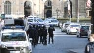 """Un hombre armado con al menos un machete ataco el viernes a militares cerca del museo del Louvre en Paris al grito de """"Dios es grande"""" en arabe antes..."""
