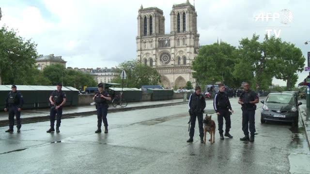 Un hombre lesiono levemente a un policia con un martillo el martes antes de ser herido por disparos de otro agente frente a la catedral de Notre Dame...
