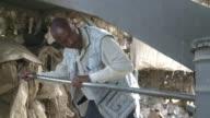 Un horno de basura en este pequeno pueblo de Kenia permite a la comunidad cocinar con la quema de residuos una manera de ahorrar dinero dar un...