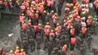 Un nuevo balance elevo el viernes a 25 los muertos en el derrumbe de un paso elevado en Calcuta en el este de India mientras los servicios de rescate...