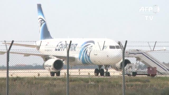 Un pirata aereo desvio este martes un avion de la compania EgyptAir hacia el aeropuerto chipriota de Larnaca antes de liberar a casi todos los...