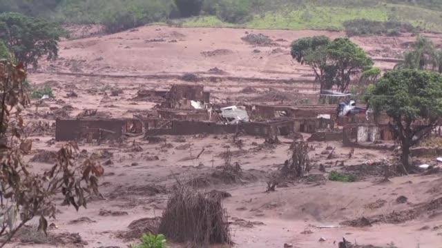 Un torrente de lodo y residuos minerales sepulto un poblado entero en el sureste de Brasil donde decenas de socorristas rescataron a 500 personas...
