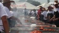 Un total de 374 cocineros amateur se reunieron el sabado en Ciudad Juarez para intentar batir el record Guinness del mayor numero de personas asando...