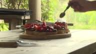 Una chef uruguaya produce frutos autoctonos en un emprendimiento amigable con el ambiente y elabora nuevas recetas para reconciliar a sus...