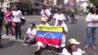 Una mano para el rosario y la otra para la bandera asi se plantaron el lunes dos monjas en las calles de Venezuela para protestar contra el...