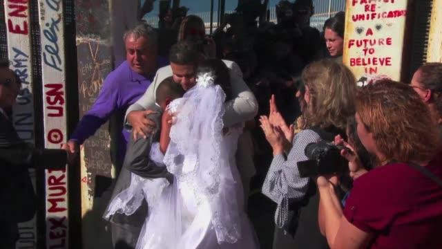 Una mexicana y un estadounidense que viven divididos por la valla que separa a Estados Unidos de Mexico en la zona de Tijuana se casaron el sabado...