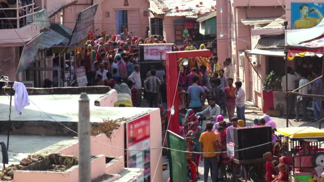 Niet-geïdentificeerde mensen vieren Agra Holi festival in Agra, India