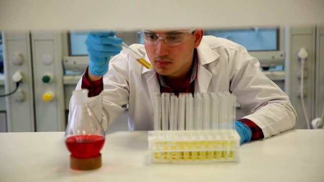 Universität Chemie-Labor Forschung Studenten arbeiten in der Klasse
