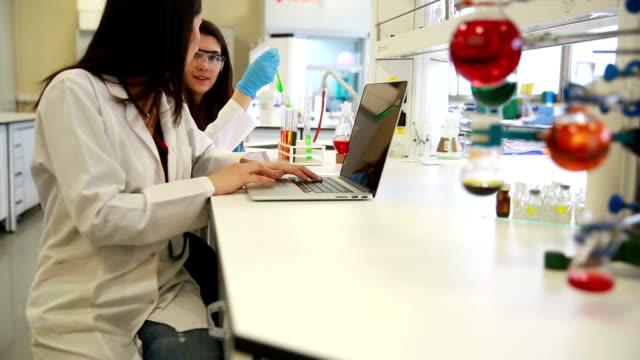 University Chemie Labor Forschung Studenten arbeiten zusammen in Class