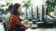 Universität Schüler studieren an einen Computer Lab