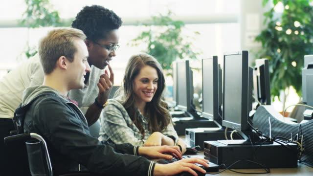 Universitaire studenten met behulp van computerlab