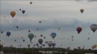 Unos 250 globos aerostáticos despegaron en la tarde del viernes de la antigua base aerea de ChambleyBussieres en el este de Francia en el inicio de...