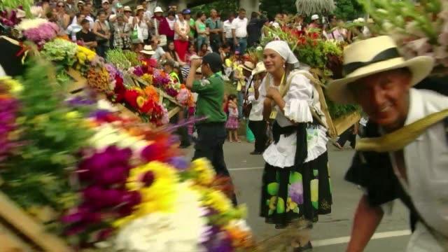 Unos 500 silleteros campesinos que elaboran enormes arreglos florales cerraron el domingo la Feria de las Flores en Medellin VOICED Silleteros...