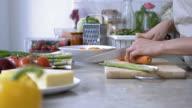 Unkenntlich Person Hacken Gemüse für einen Salat