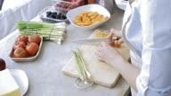 Nicht mehr wiederzuerkennen Frau hacken eine Karotte für ihre Mahlzeit