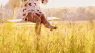 SLO MO DS onherkenbaar vrouw swingen op een schommel boom