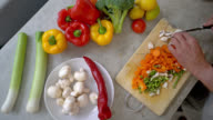 Obere Ansicht der unkenntlich Senioren Kochen und Gemüse Hacken