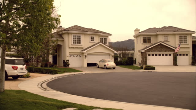 DS Upscale homes residing in a cul-de-sac in an affluent suburb / Canada
