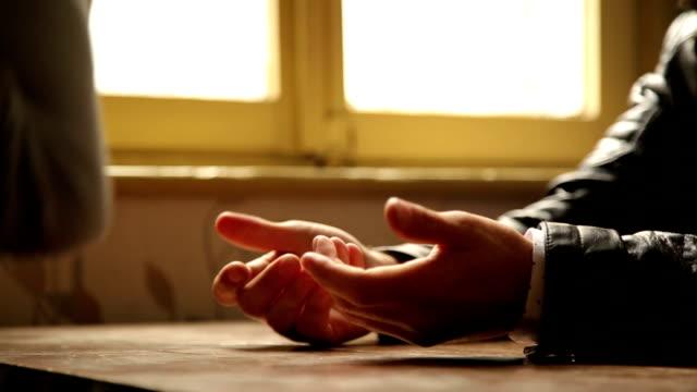 Verärgert Paar sitzt Café Händen und Gesprächen konzentrieren sich eher unbehaglich