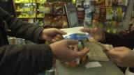 Uruguay comenzo a vender el miercoles en farmacias marihuana recreativa