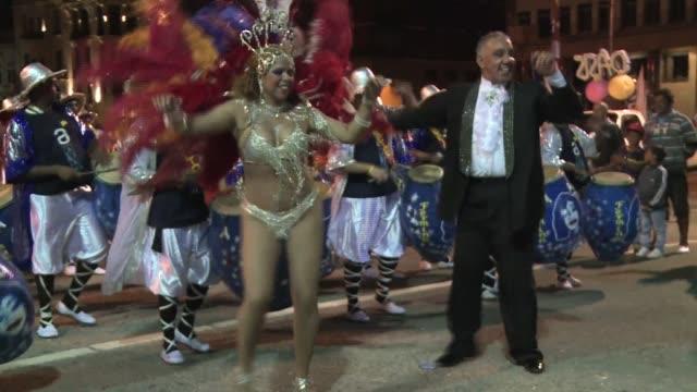Uruguay sube el telon del carnaval mas largo del mundo con alegre desfile VOICED En Uruguay ya es carnaval on January 26 2014 in Montevideo Uruguay
