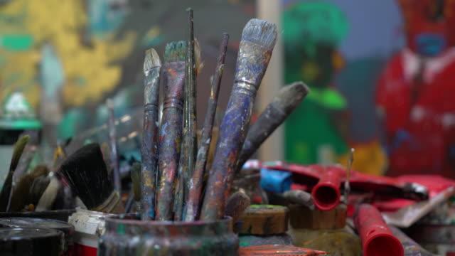 Utilizzate vernice pennelli su una tavolozza di colori pittore