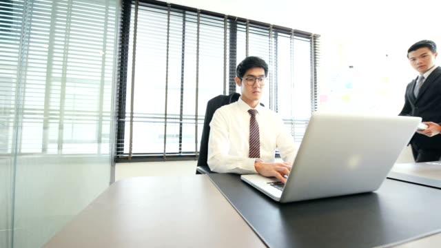 Magnusson personer i Office arbetar på Laptop