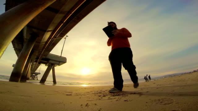 WS LA TS mit einem digitalen Tablet in Venice Beach