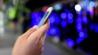 Abstrakt mit Handy in der Stadt
