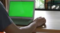 Utilizzando computer con schermo verde