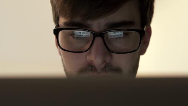 laptop benutzen, Leinwand Reflexion in Brillen.