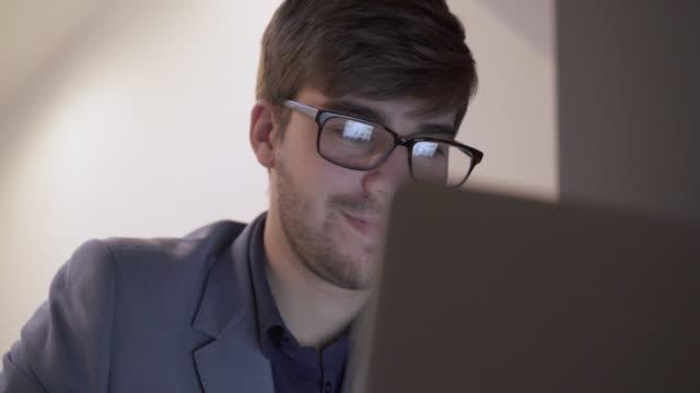 Met behulp van laptop, scherm reflectie in brillenglazen.