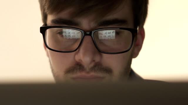 Med laptop, skärmen reflektioner. Närbild.