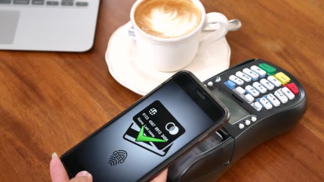 Mit Handy-Zahlung am Café, kontaktloses Bezahlen