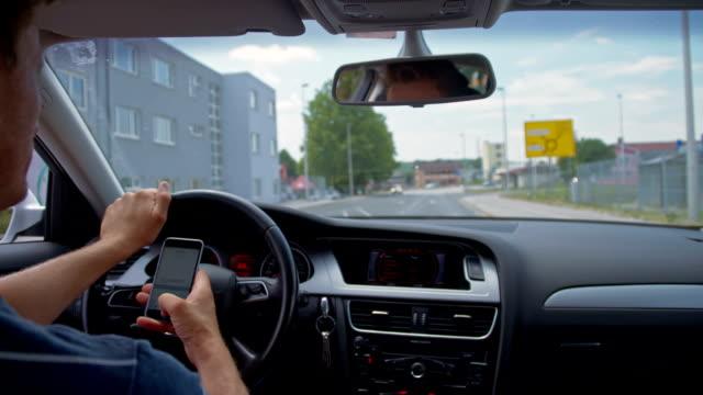 SLO, MO, mit Handy während der Fahrt in die Stadt