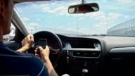 SLO, MO, mit Handy während der Fahrt