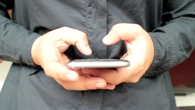 Mit Smartphone, Nahaufnahme